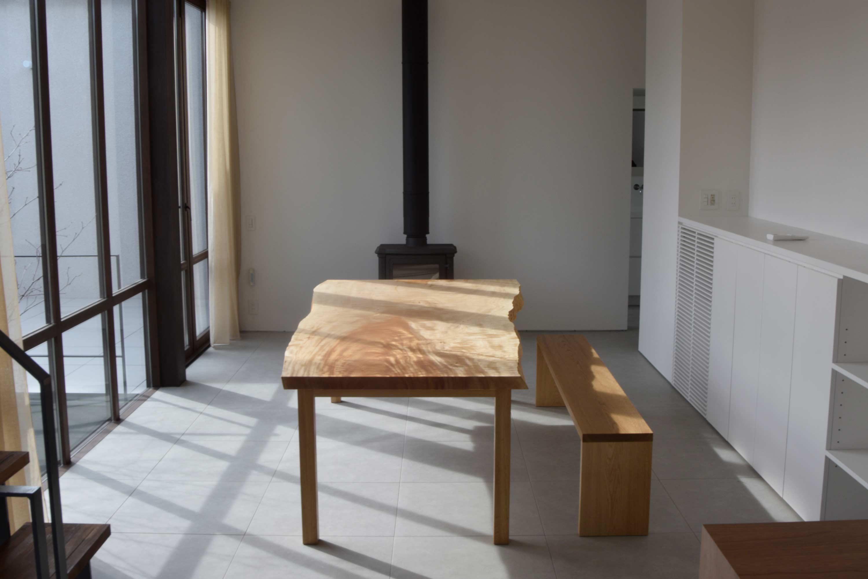 ご納品させていただいた大きな一枚板天板のトチダイニングテーブルです