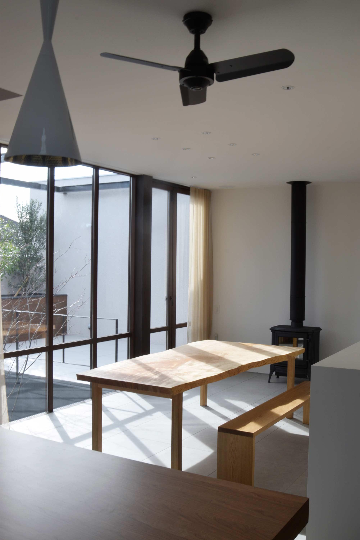ご納品したトチ一枚板天板ダイニングテーブル、お部屋での様子です
