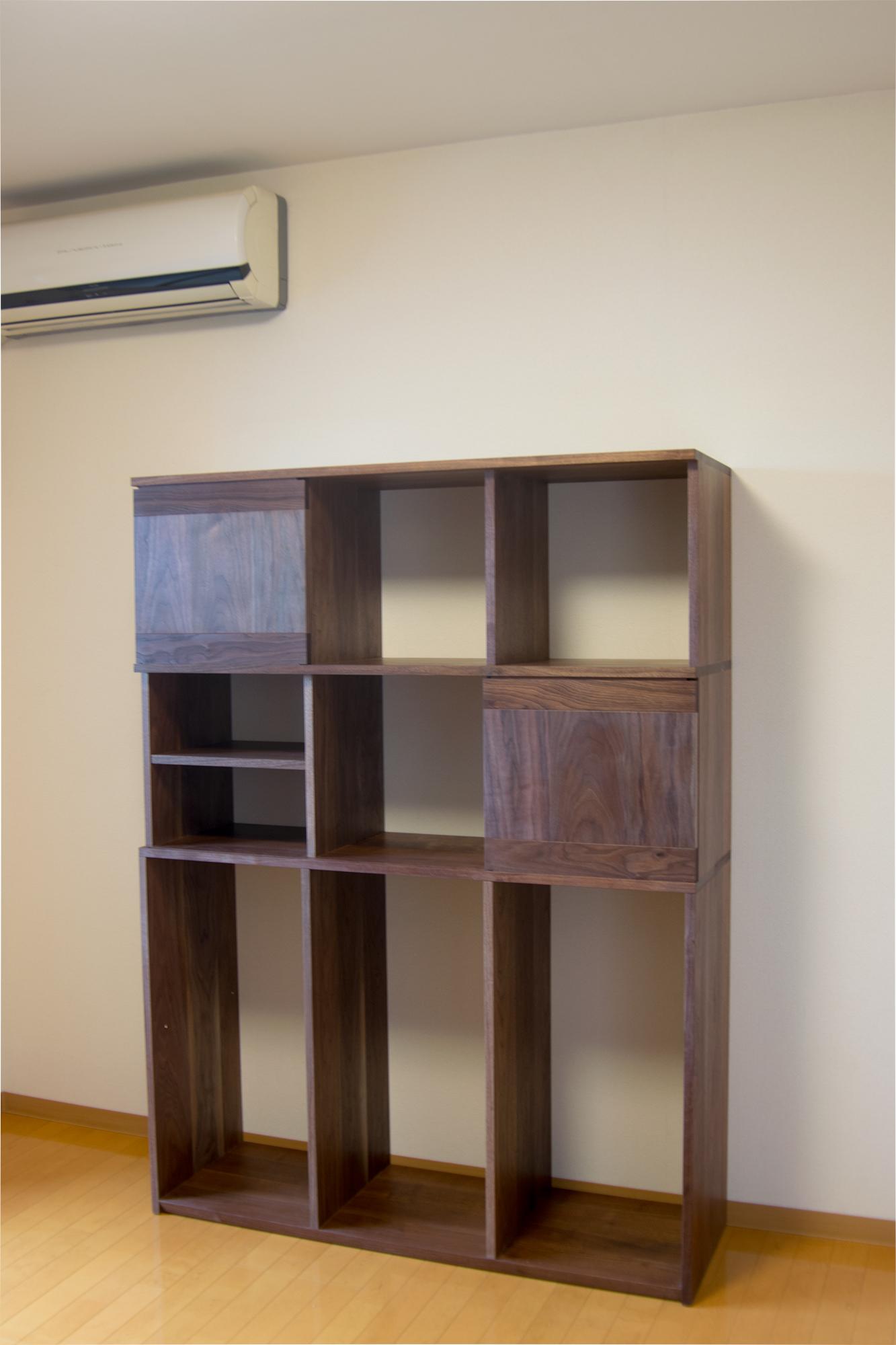 ウォールナット材で製作したTANAし収納棚、ご納品の様子です