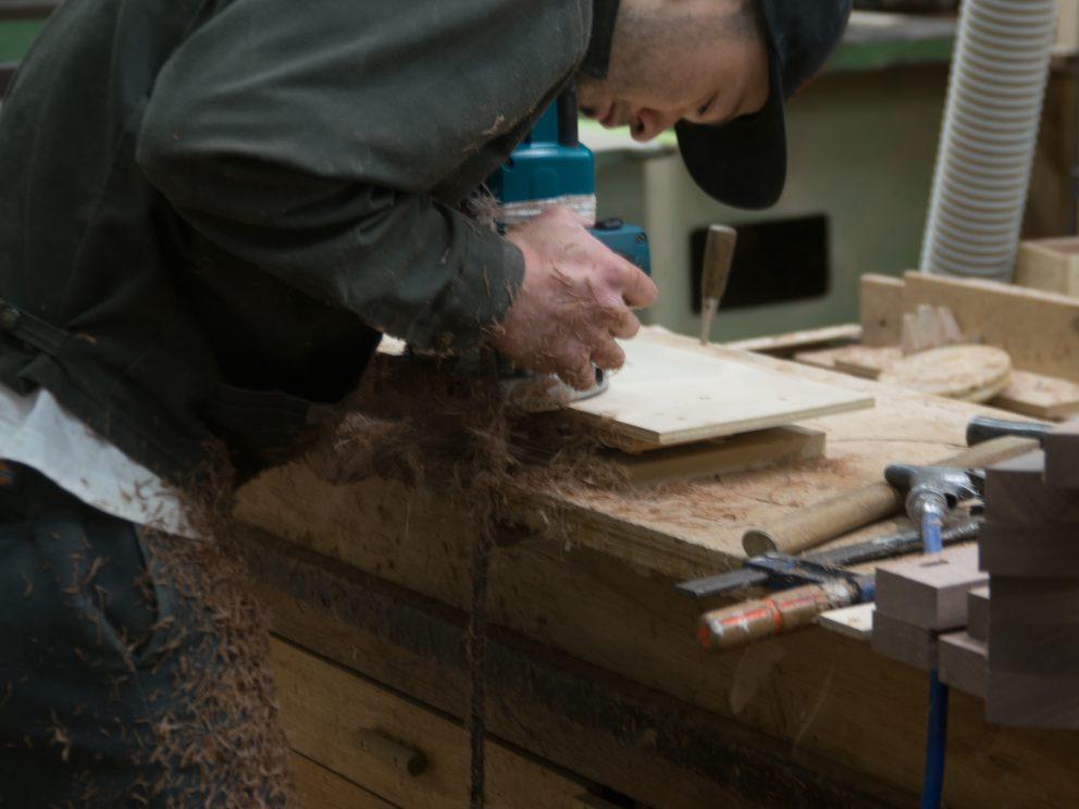 工房長がソファを製作中 ルーター作業
