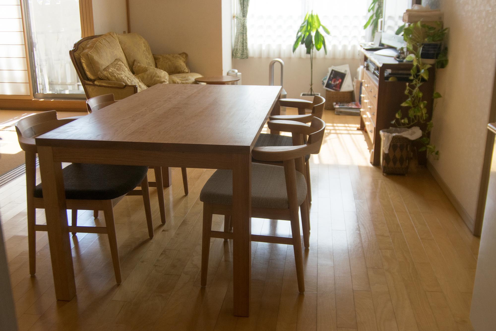 アメリカンチェリー材のスタンダードテーブル・タイプ2にチェリー材亜和座チェアを組み合わせたダイニングセットご納品の様子です
