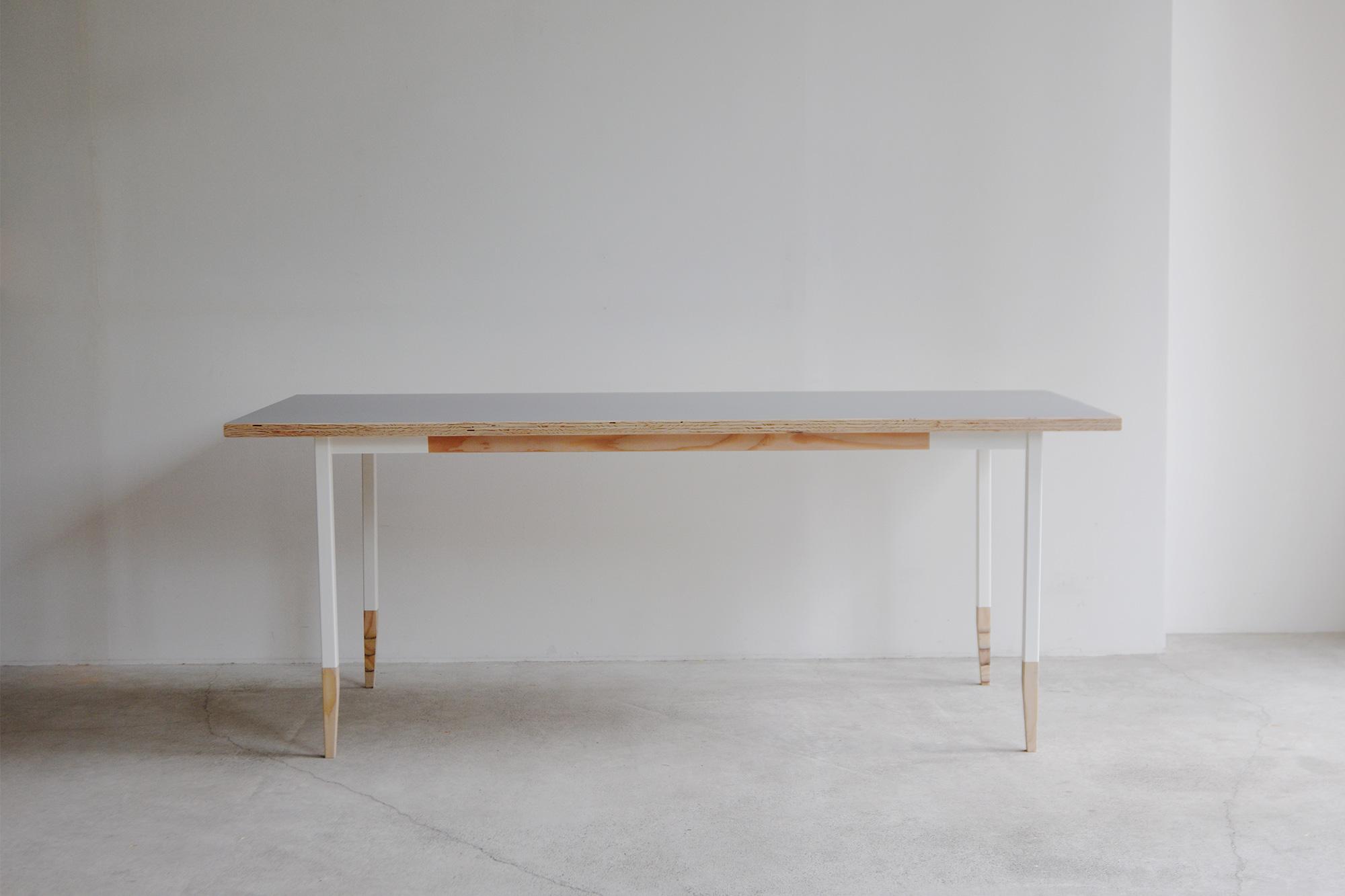 オルタナティブテーブル ラーチ合板+メラミン化粧合板貼り天板