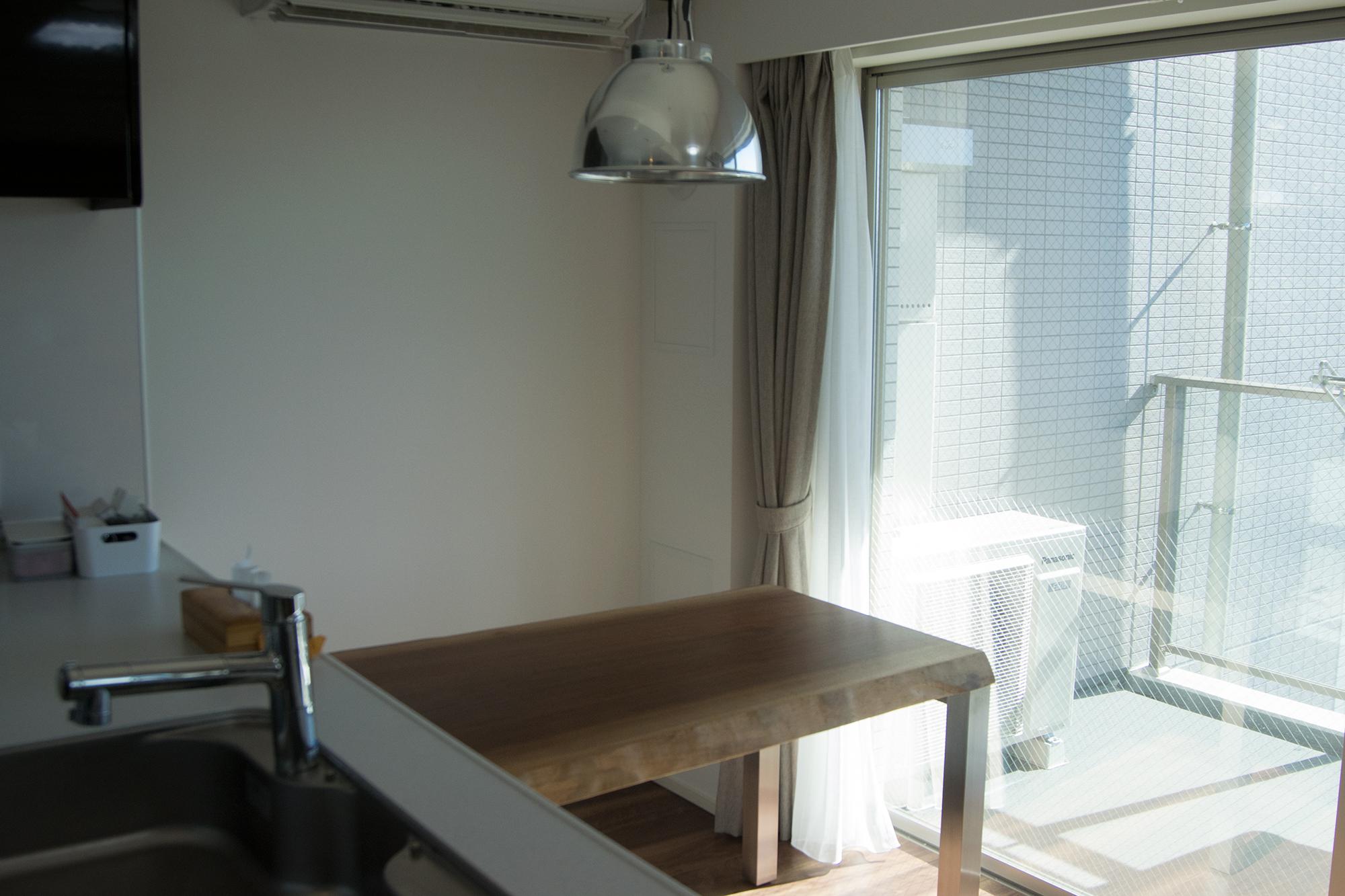 ステンレスのフォーレックスを合わせたウォールナット一枚板天板テーブル