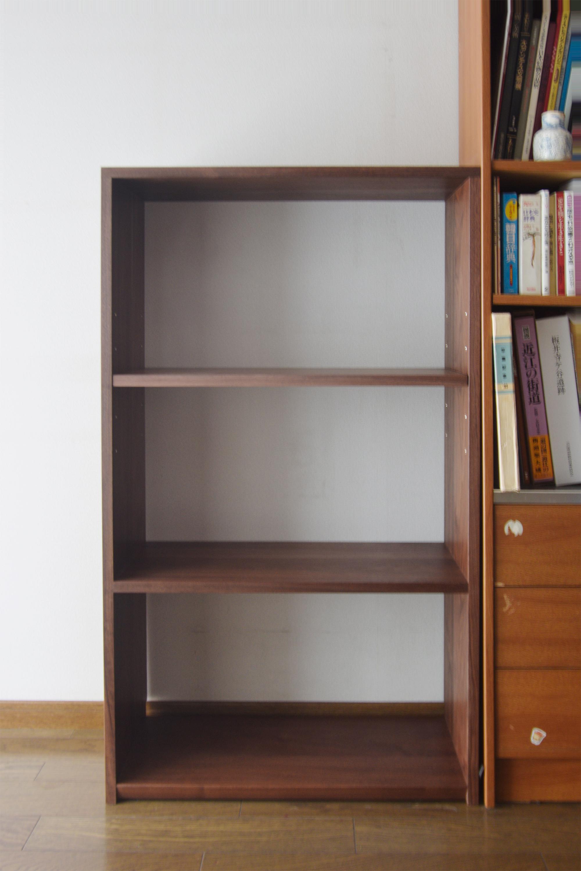 ウォールナット材で製作したシンプルなTANA本棚