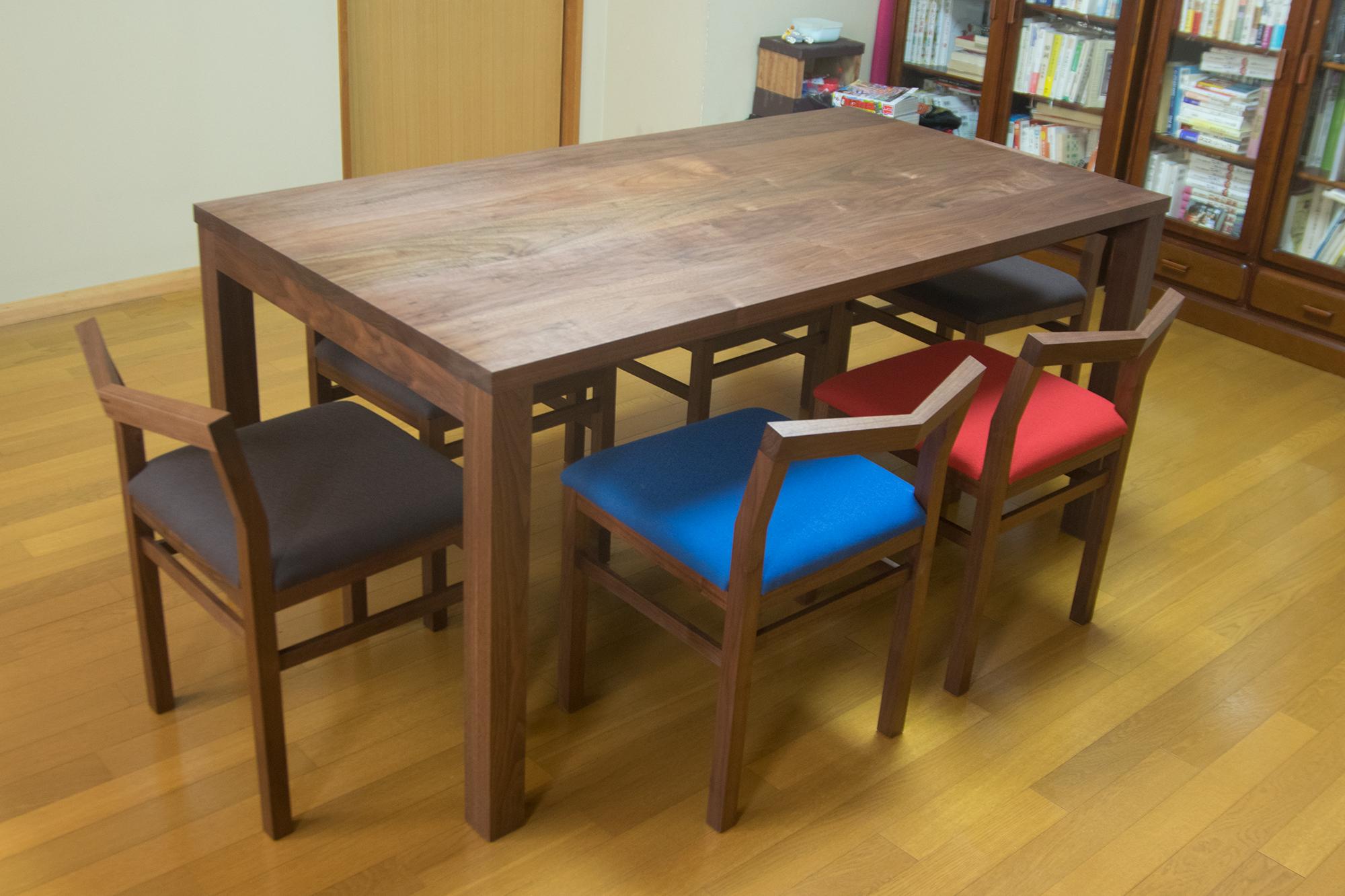 ウォールナット材スタンダードテーブルとピコチェアのダイニングセットご納品の様子