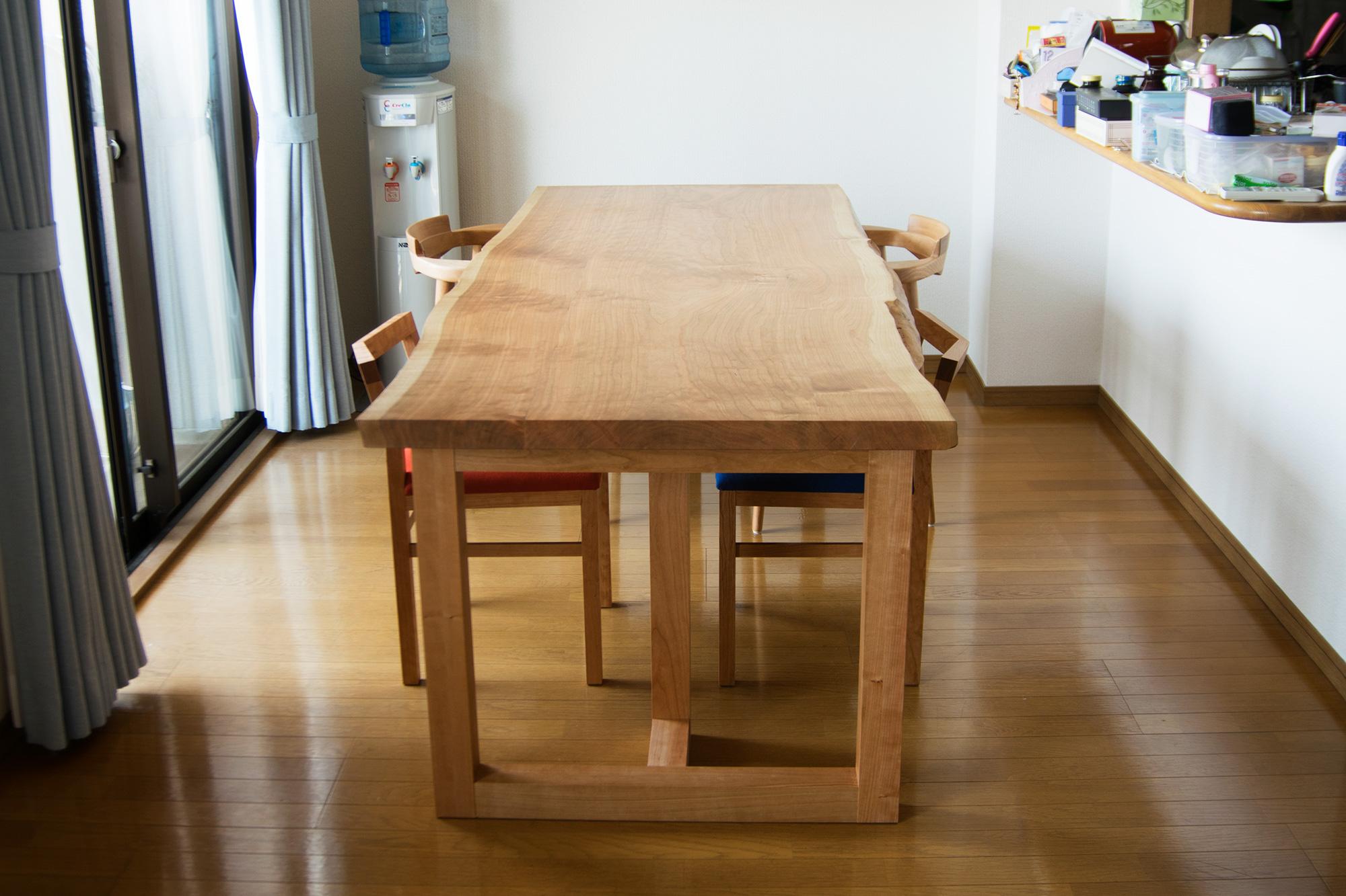 アメリカンチェリー三枚接ぎ天板ダイニングテーブルとピコチェアと亜和座チェア