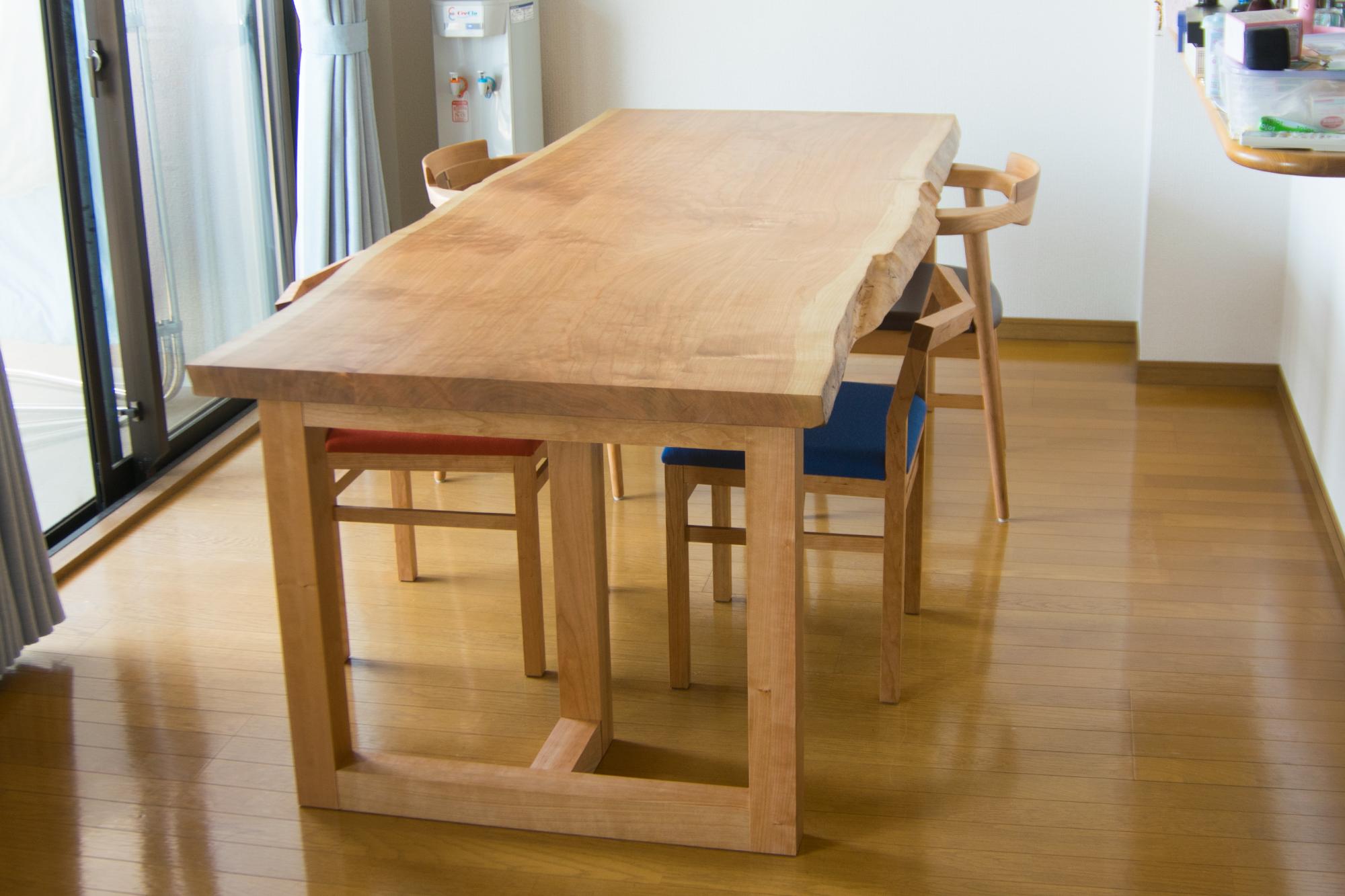 アメリカンチェリー材の質感が美しいテーブルと椅子