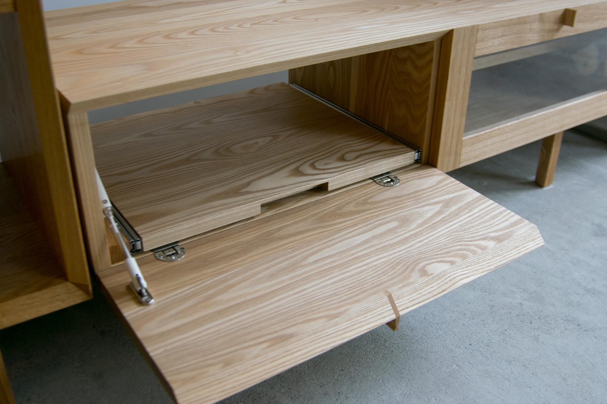 TVボード / ドロップダウン扉とスライド棚