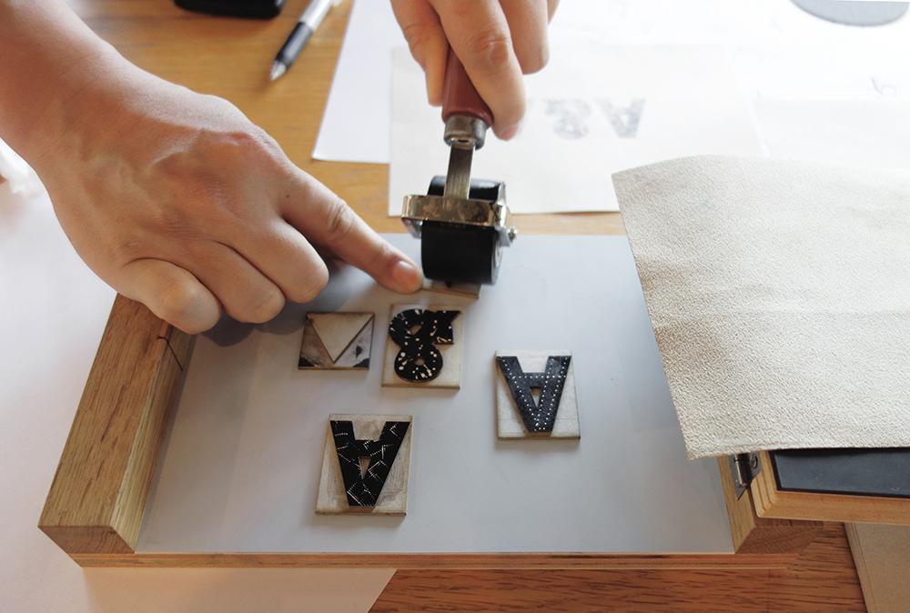 紙活字®にインクをのせているところ