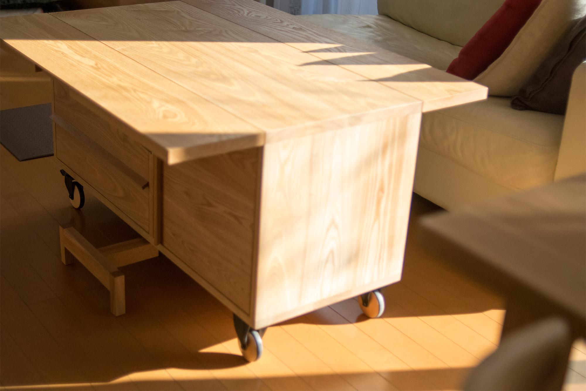 スタンダードテーブルと、バタフライ式天板を備えたTANAワゴン収納
