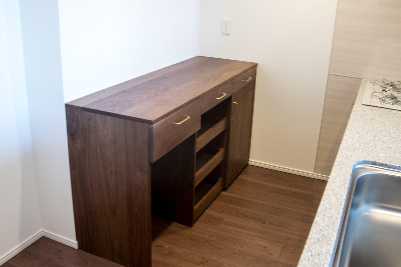 TANA 引き出せる食器棚を備えたキッチンカウンター収納