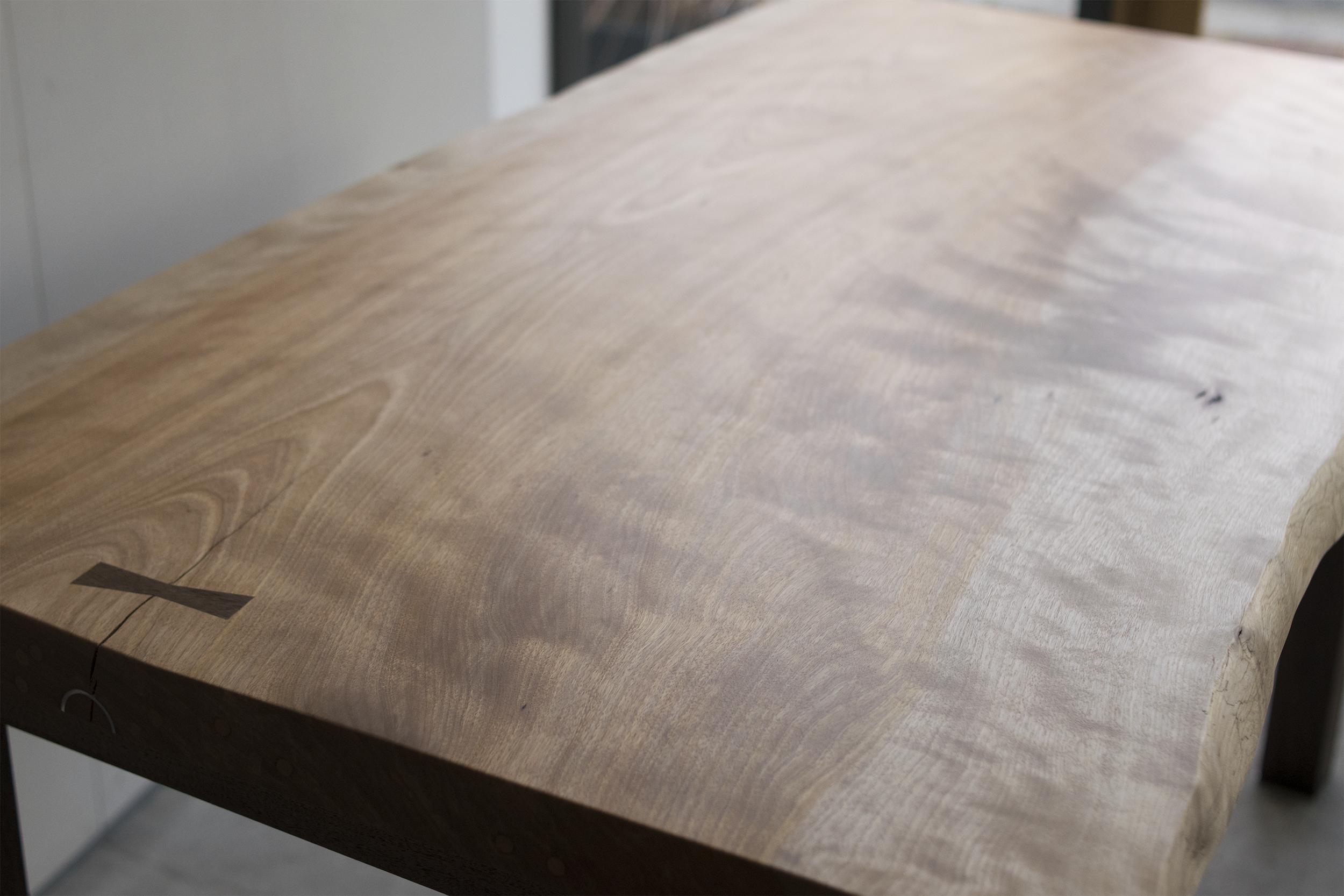 樺(かば)一枚板天板+ウォールナット材フォーレッグス 表面の杢の様子