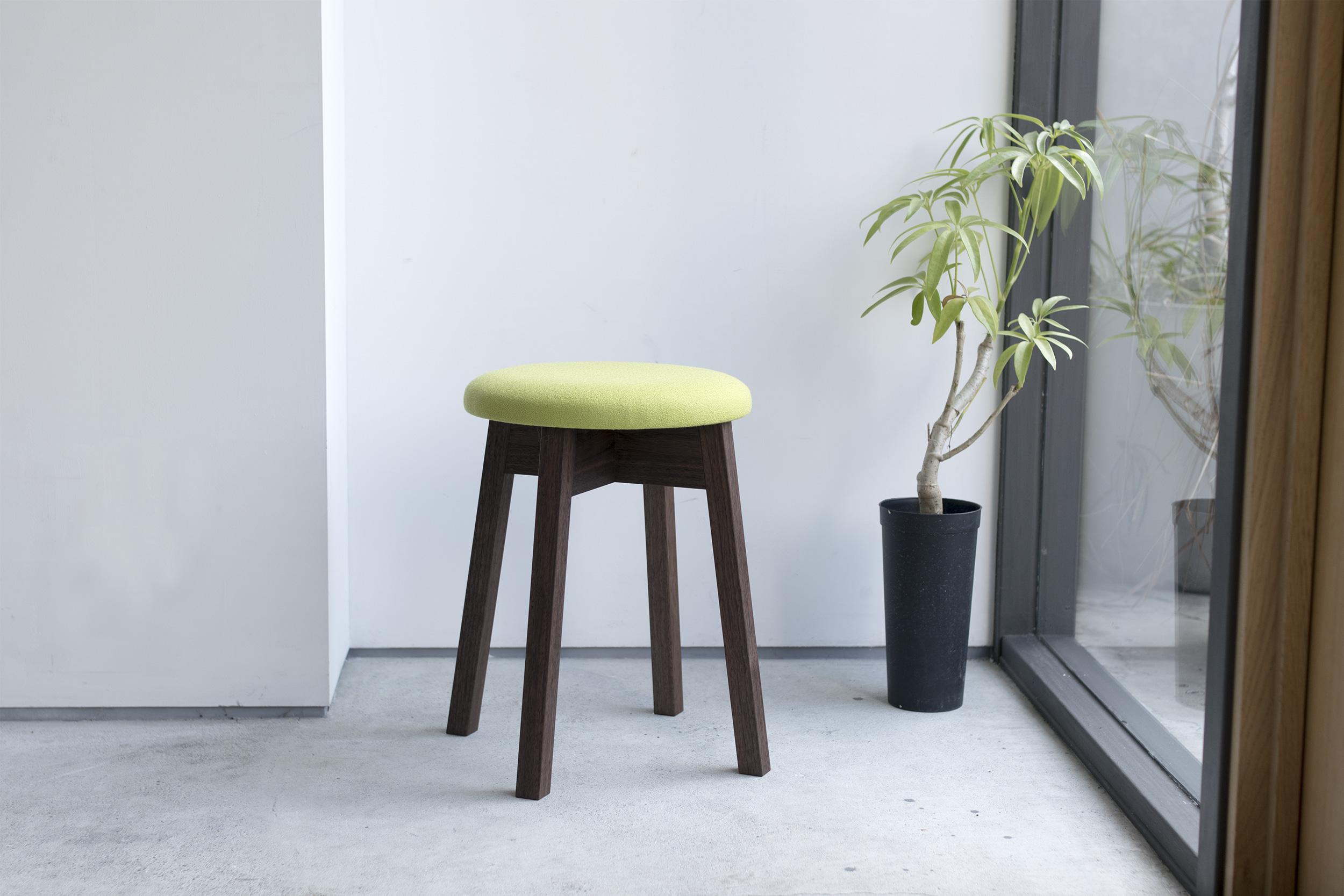 ウォールナット材で製作したPico stool(ピコスツール)