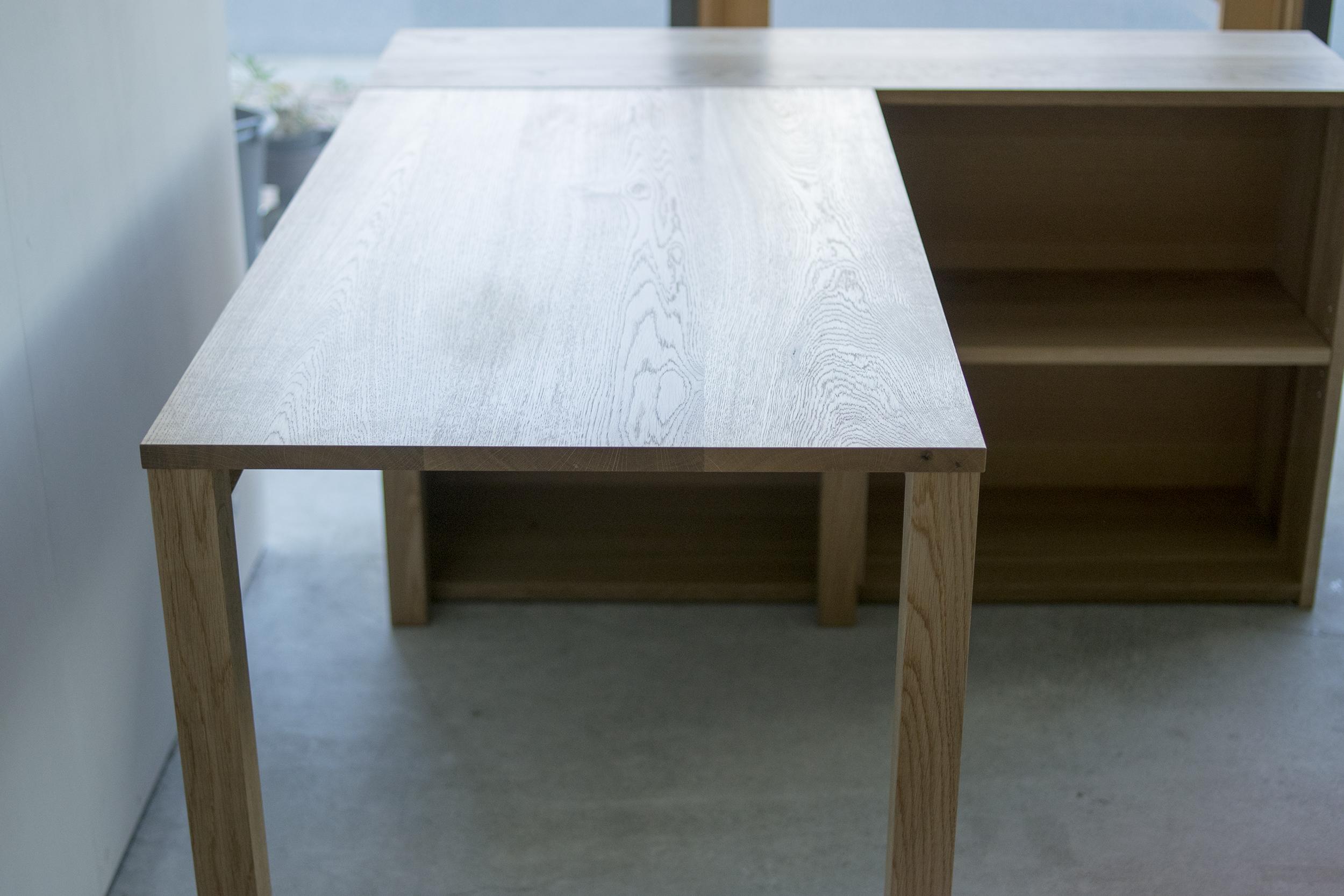 スタンダードテーブルとTANA本棚
