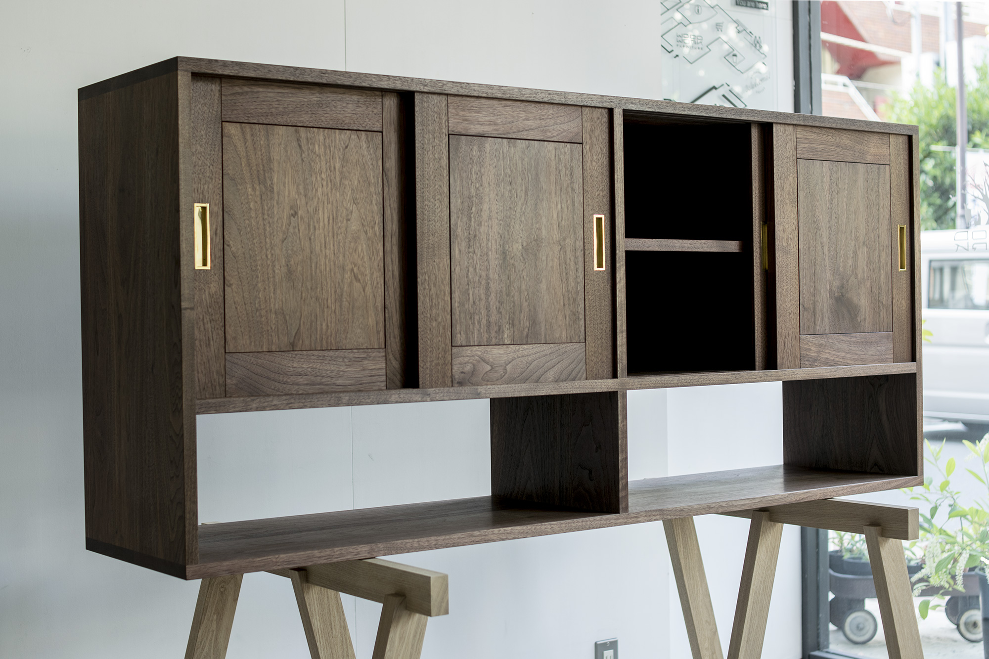 ウォールナット材で製作した食器棚 吊戸棚
