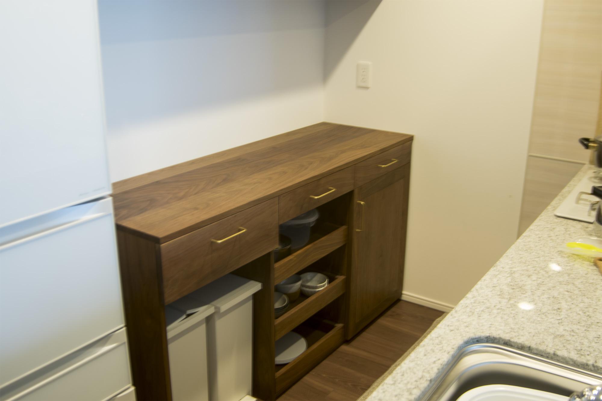 以前にご納品したTANA食器棚カウンター台部分