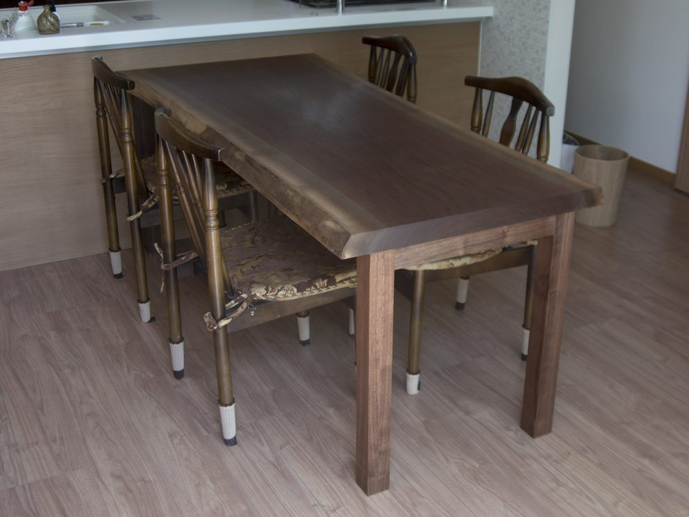 アメリカンブラックウォールナット一枚板天板ダイニングテーブル ご納品の様子です