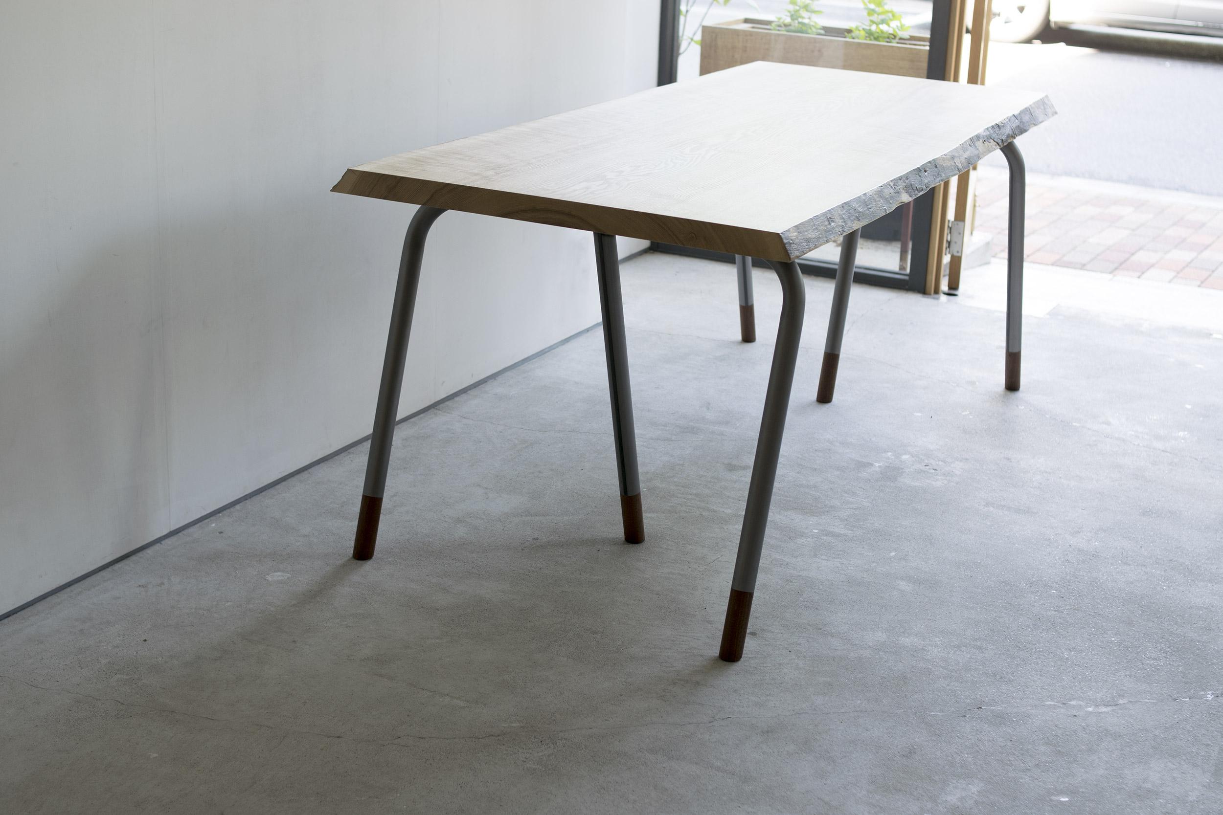 タモ一枚板天板にスチールパイプレッグスを合わせた無垢天板テーブル