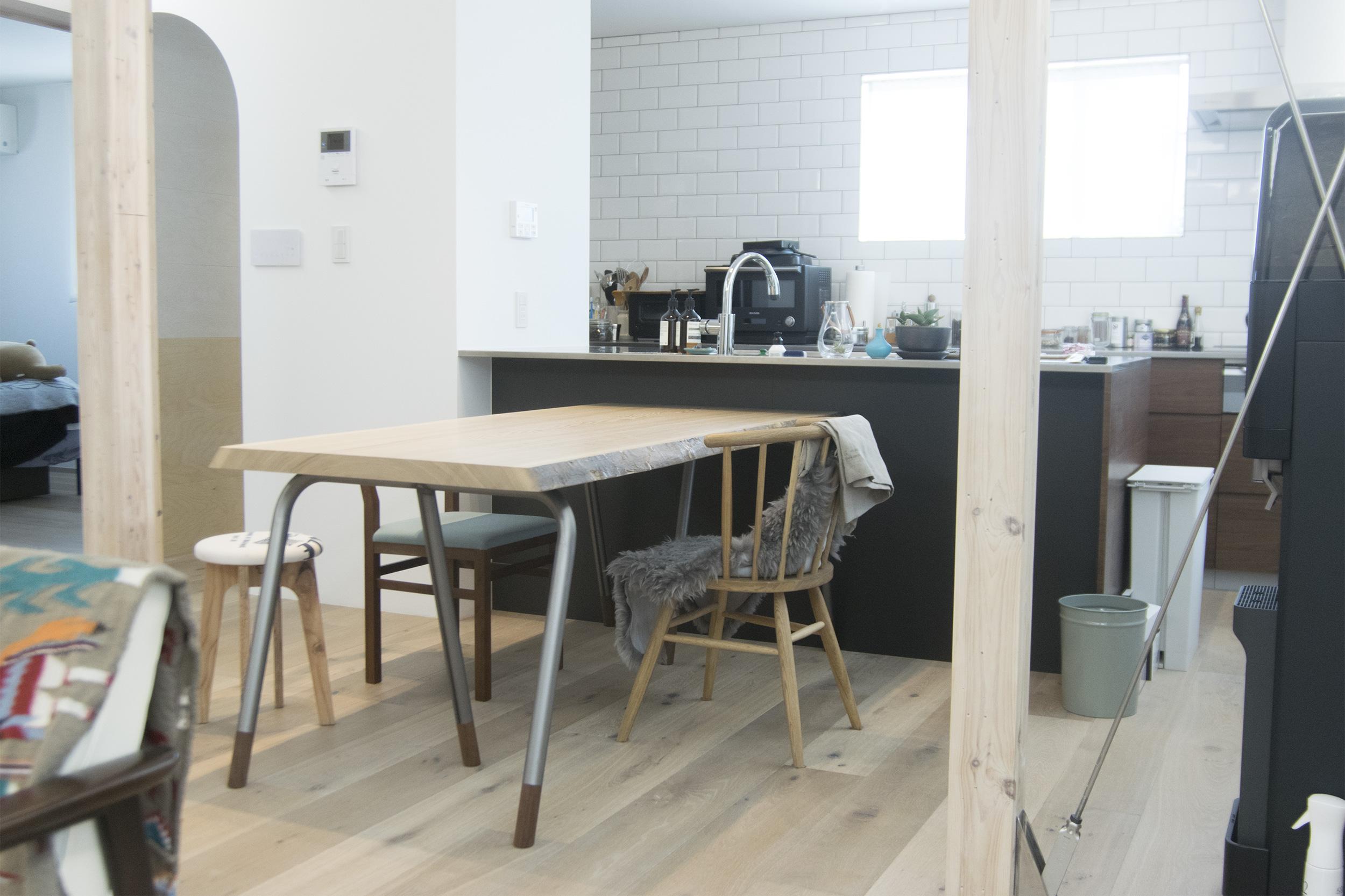 タモ一枚板天板にスチールパイプレッグスを合わせた無垢天板テーブルをご納品させていただいた様子