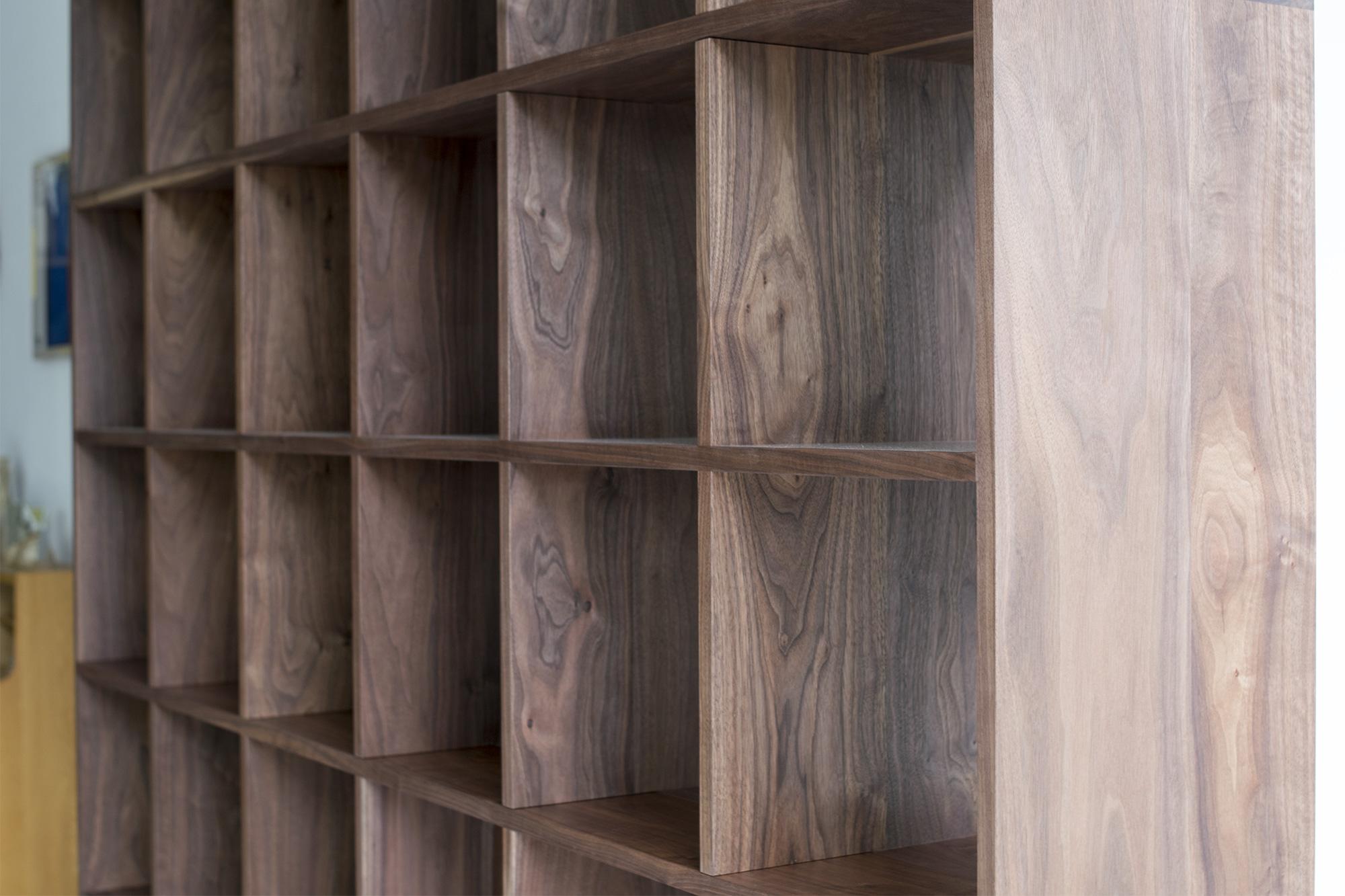 ウォールナット材で製作したTANA本棚