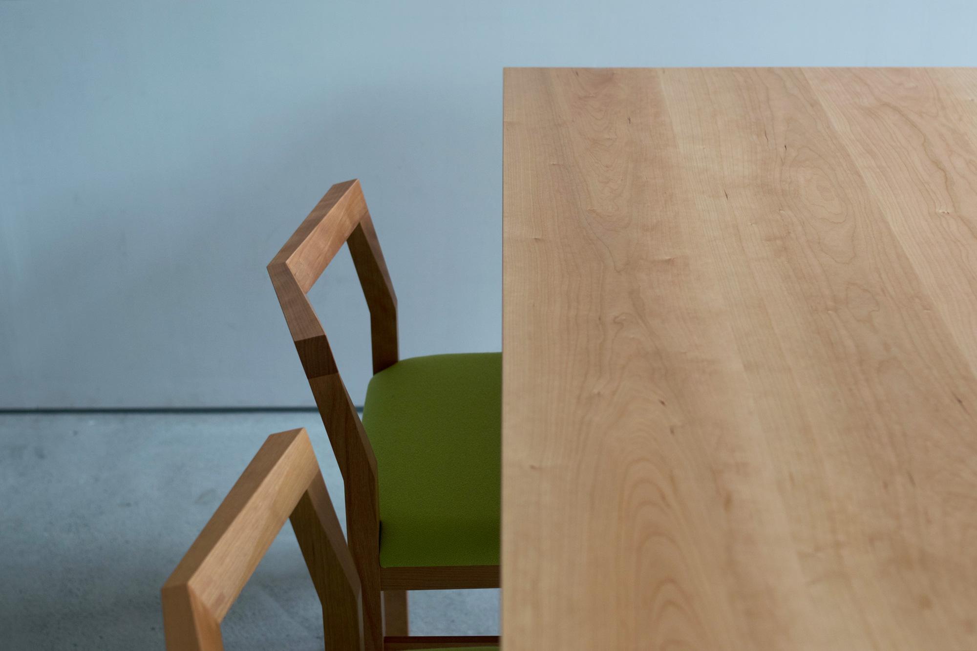 テーブルとピコチェア