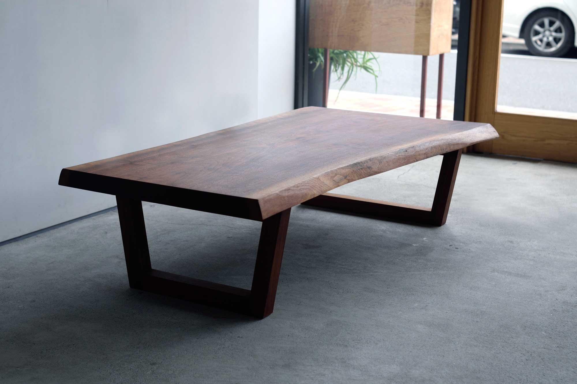 ウォールナット一枚板ローテーブル 台形脚部