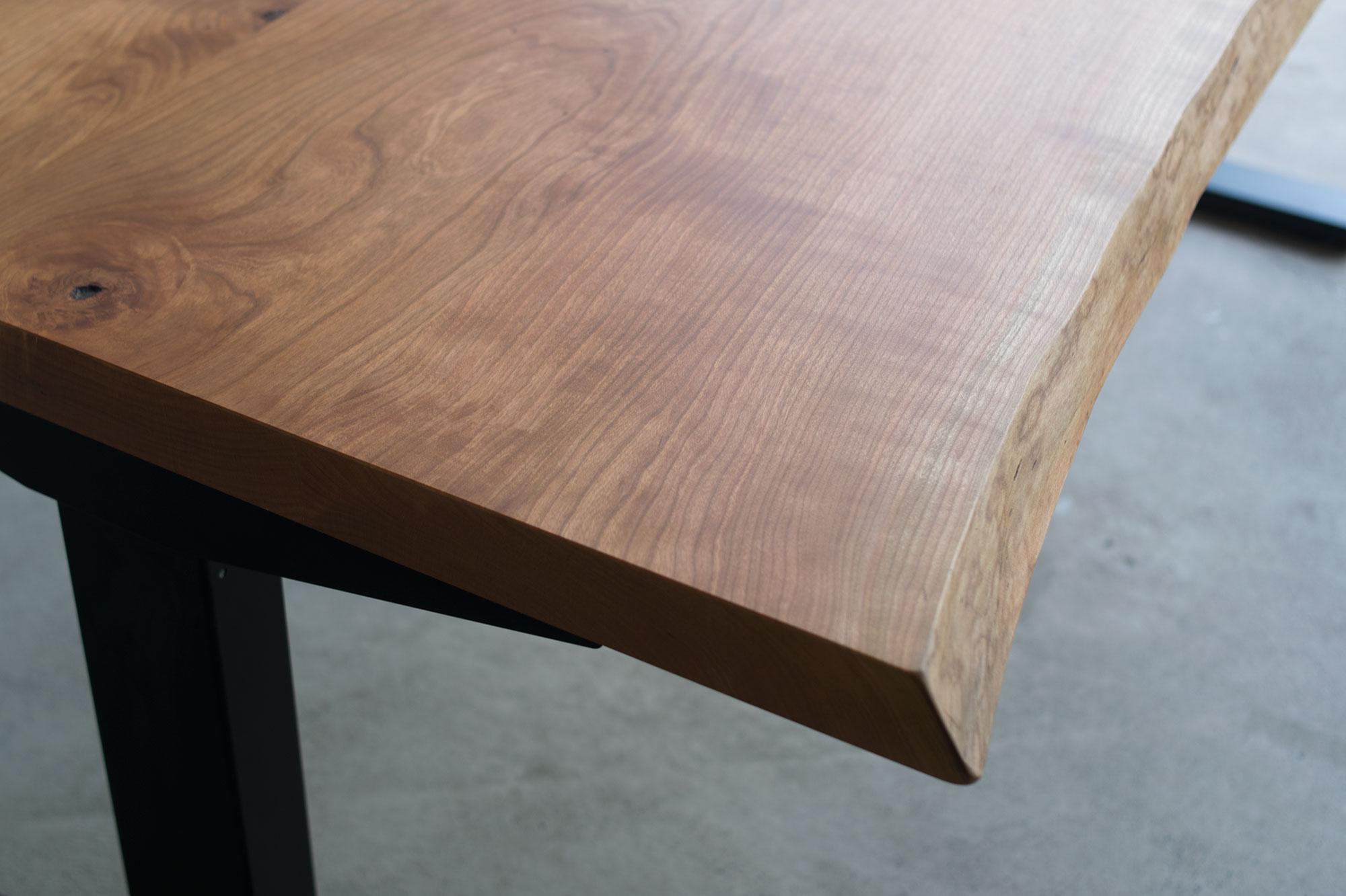 滑らかな木肌のチェリー材