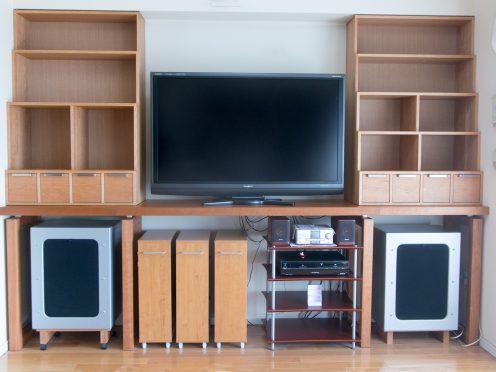 宙に浮かぶテレビボードと本棚