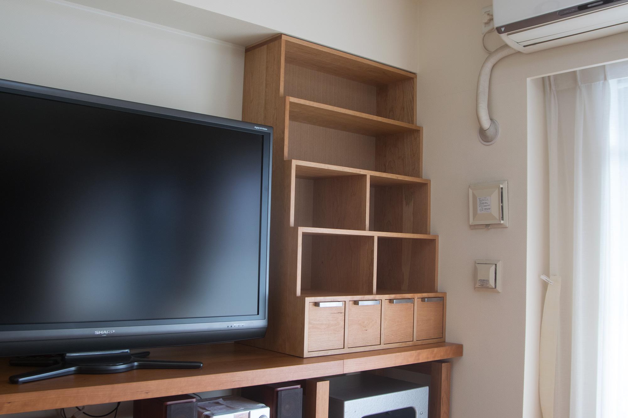 テレビボード上の本棚