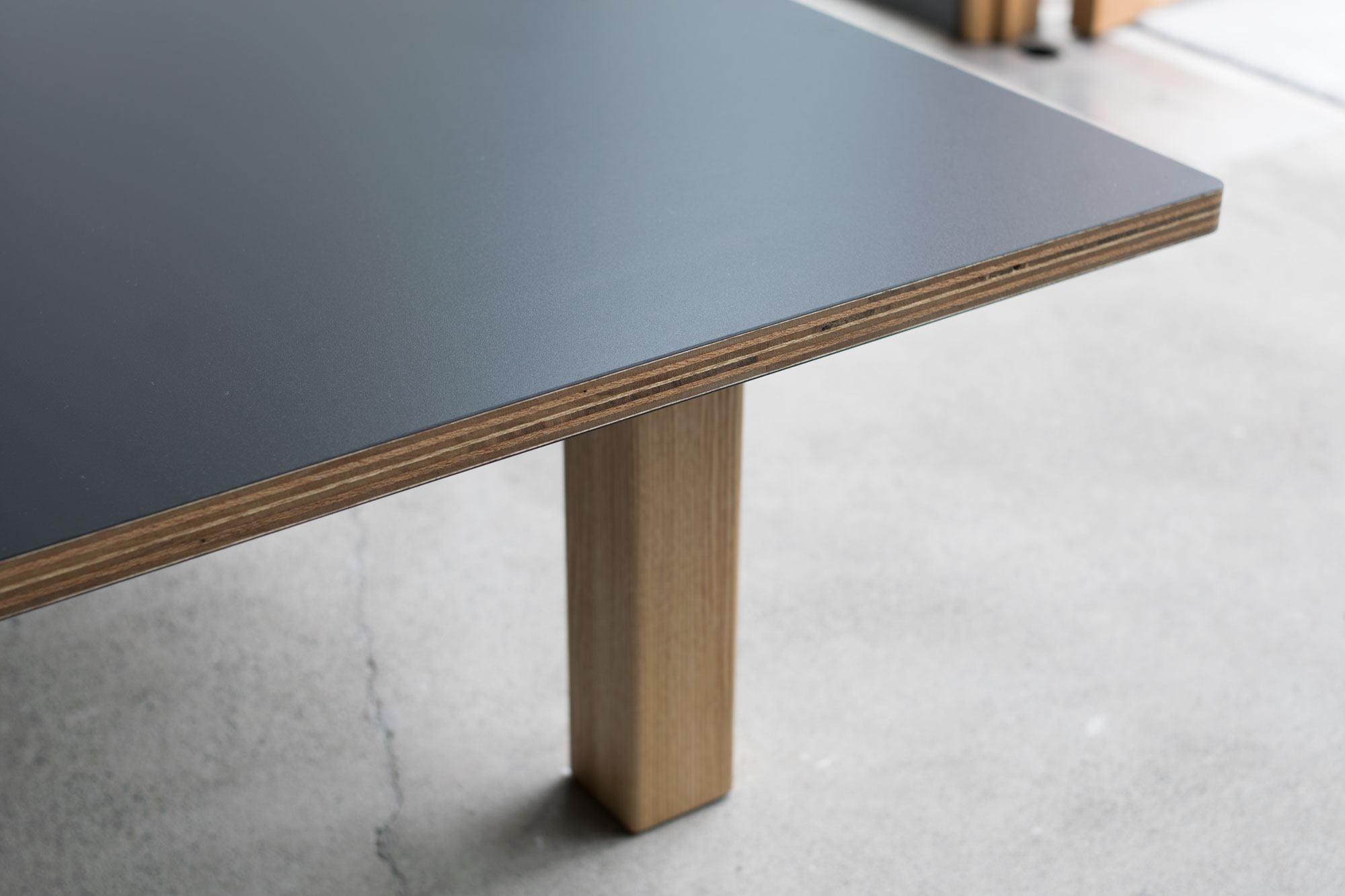 ラーチ合板を天板面に貼ったローテーブル