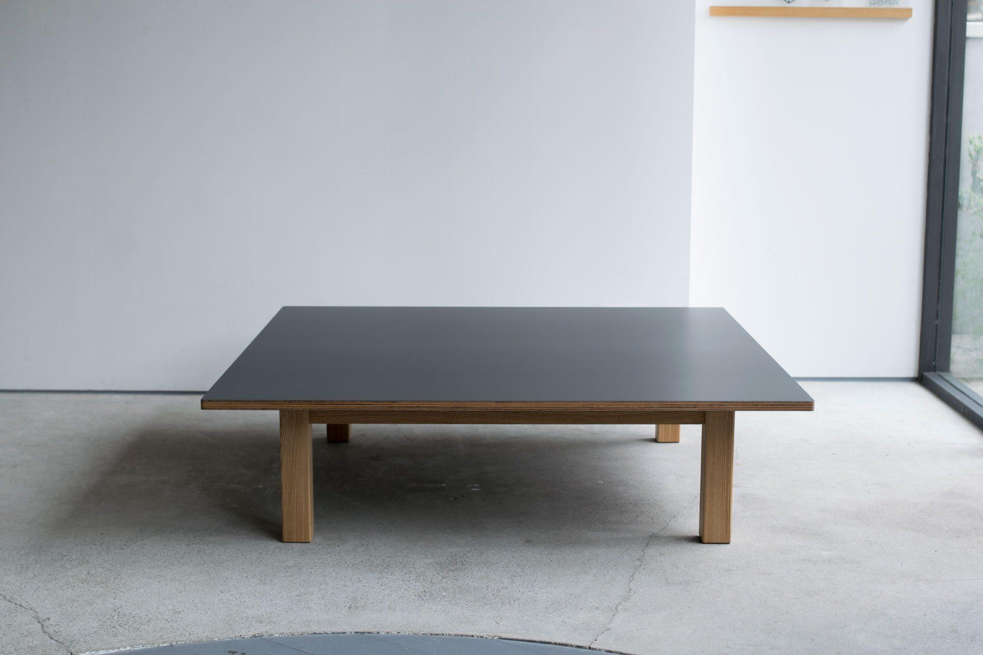 ラーチ合板を天板表面に貼ったローテーブル