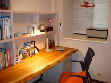 書斎のデスク天板としてご納品したアメリカンブラックチェリーみみ付き天板、ご納品後の様子です