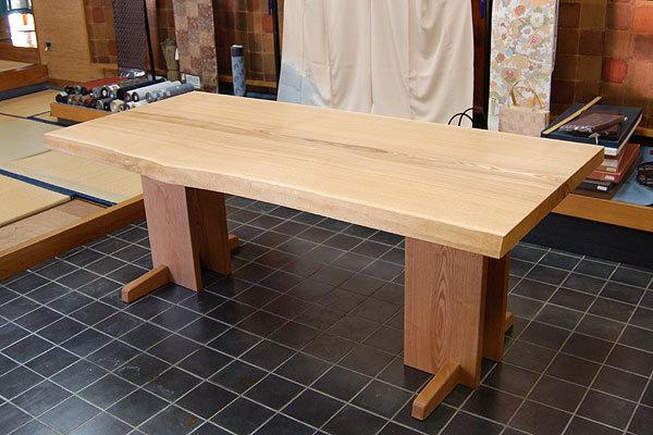 タモ接ぎ合わせ天板のテーブルを、呉服店「おめしや」様へご納品した様子です