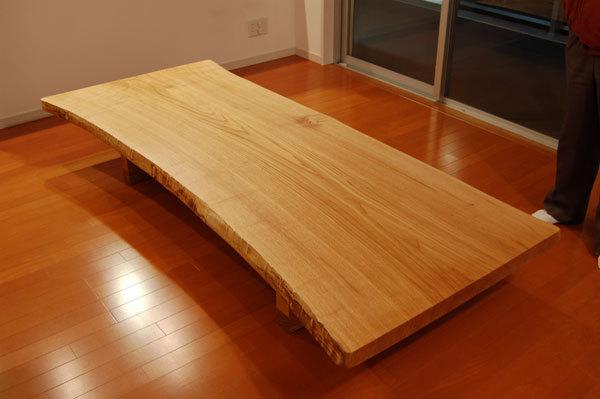 クリ一枚板天板ダイニングテーブルご納品の様子です