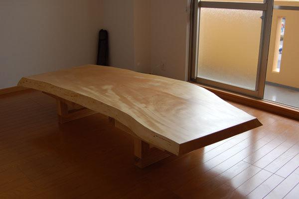 フレキシブルレッグスと合わせたトチ一枚板天板ダイニングテーブルを、ロータイプにした形でご納品した様子です