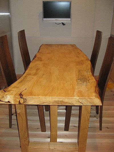 ハイバックチェアに合わせて、トチ一枚板天板のダイニングテーブルをご納品した様子です