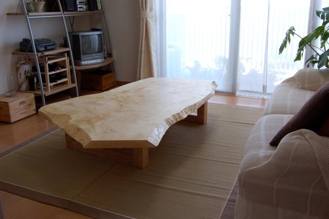 変化のあるアウトラインも魅力的な、トチ一枚板天板ご納品の様子です