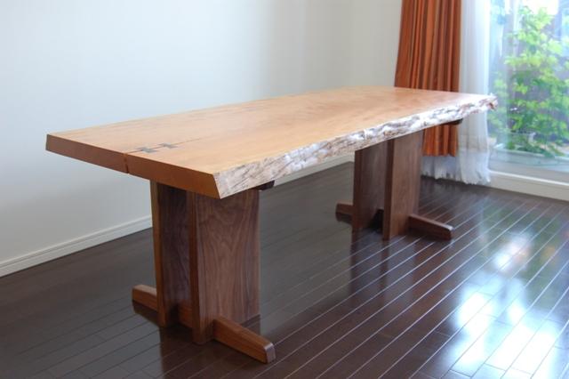 大きなものが希少な、本桜一枚板天板のダイニングテーブルご納品の様子です