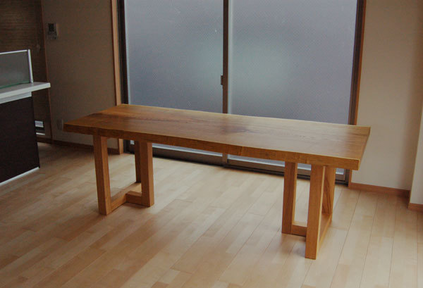 キハダ一枚板天板のダイニングテーブル、ご納品の様子