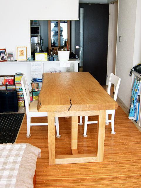 厚みのあるセン一枚板天板ダイニングテーブルご納品の様子です