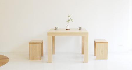無垢の木の厚みを生かした木のテーブル、アッツテーブルの画像です